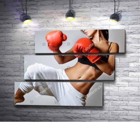 Девушка в боксерских перчатках