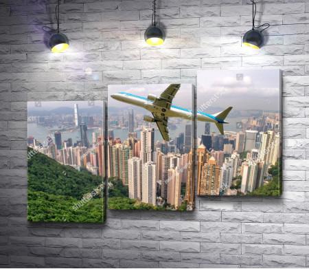 Самолет пролетает над Пиком Виктория, Гонконг