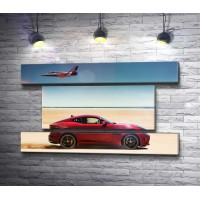 Красный автомобиль модели Jaguar