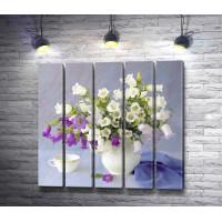 Нежный натюрморт: весенние цветы в вазе и чашка