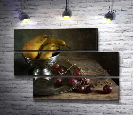 Груши в вазе и виноград