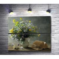 Натюрморт: полевые цветы в вазе и книга