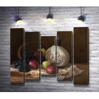 Яблоки, виноград и глиняная бутылка с узором