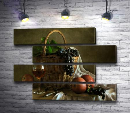 Натюрморт с виноградом в корзине. яблоками и бокалом вина