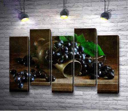 Металлический кувшин с виноградом