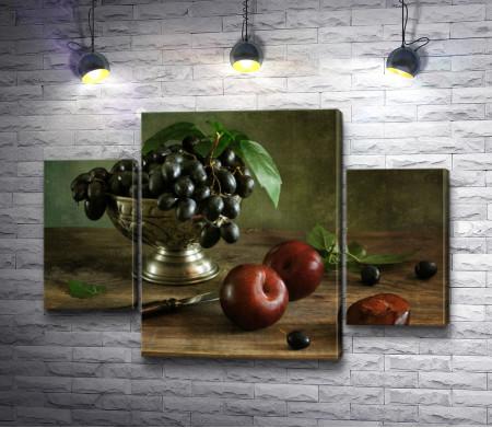 Красные яблоки и виноград в вазе