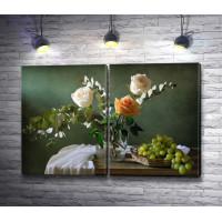 Розы с веточками эвкалипта в вазе и виноград