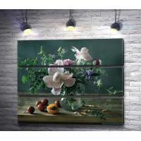 Цветочная композиция в прозрачной вазе и абрикосы