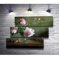 Розовые пионы в вазе и айва