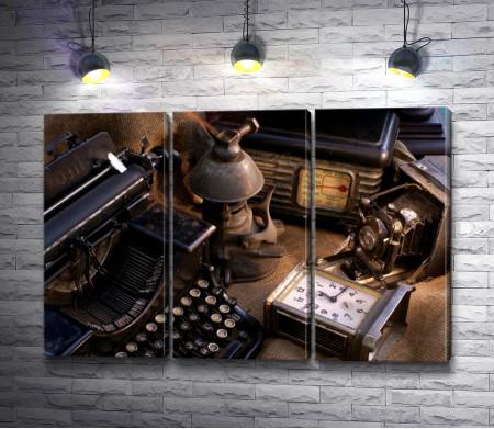 Предметный натюрморт с печатной машинкой и часами