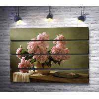 Розовые пионы в вазе и металлическая тарелка