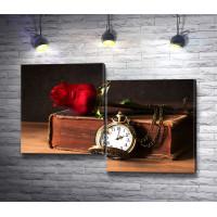 Карманные часы и красная роза на книге