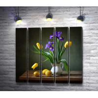 Лимон и букет из тюльпанов с ирисами