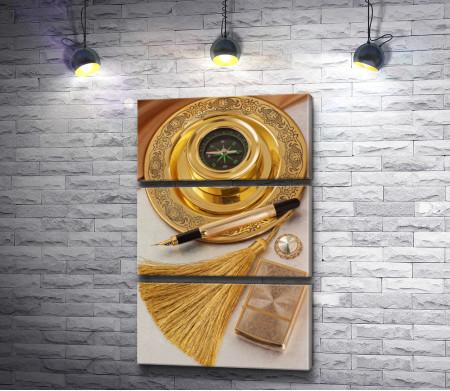 Золотой компас, зажигалка и ручка