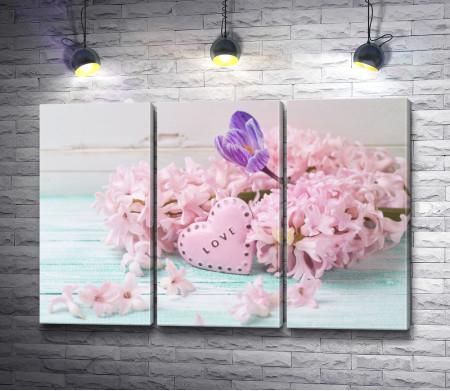 Розовые гиацинты и статуэтка в форме сердечка