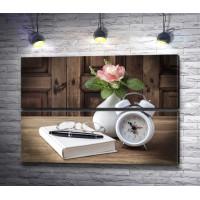 Винтажный натюрморт: часы, книга, очки и чайная роза в вазе