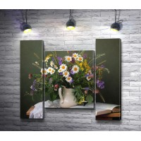 Весенние цветы в вазе и открытая книга