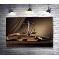 Весы правосудия и книги. Предметный натюрморт
