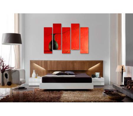 Глиняная ваза с веточкой на красном фоне