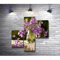 Сиреневые цветы в вазе