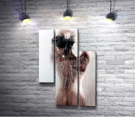 Оголенная девушка в душе
