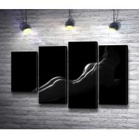 Обнаженная девушка в темноте, черно-белое фото