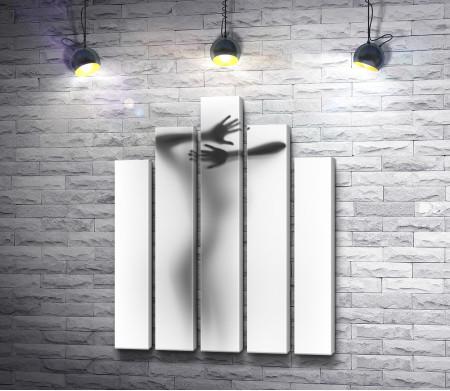 Силуэт девушки за стеклом в пару, черно-белое фото