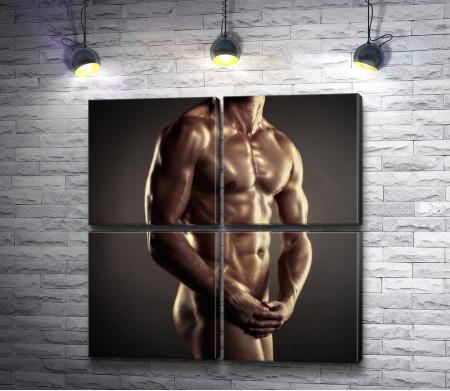Оголенный мужчина с накаченным телом