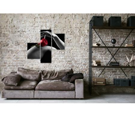 Красная роза на фоне стройных ног, черно-белое фото