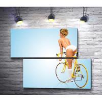 Девушка с голым торсом на велосипеде