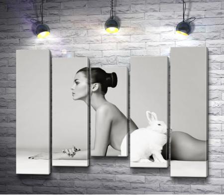 Стройная девушка с кроликом. фото в черно-белой гамме