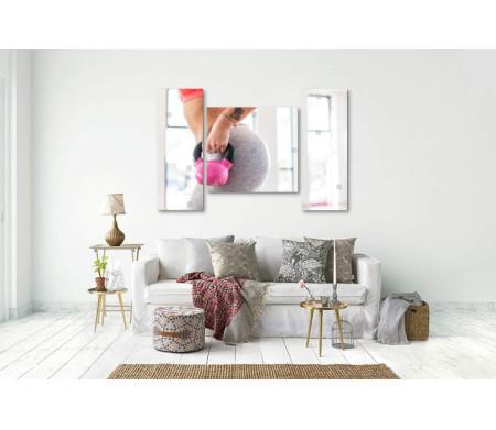 Спортивная девушка с розовой гирей