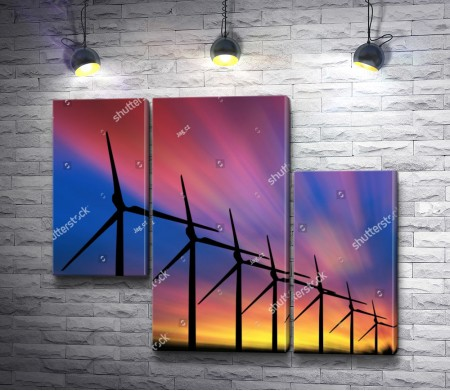 Ветряные электростанции во время огненного заката