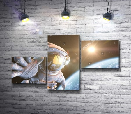 Астронавт в Космосе на фоне Земли