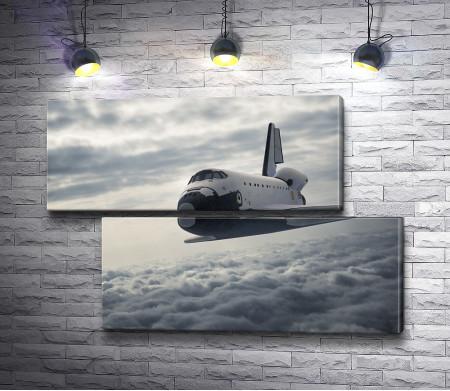 Космический шаттл летит над облаками