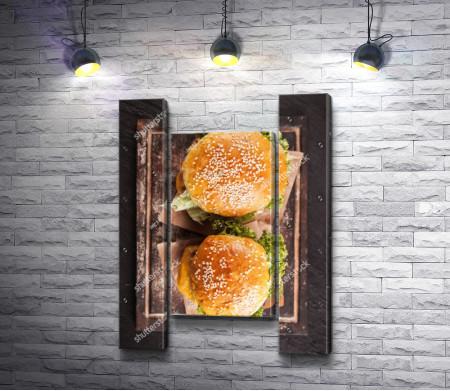 Два аппетитных гамбургера, фото flatlay