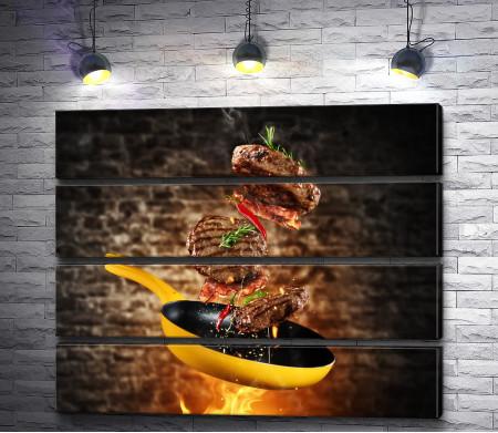 Бифштексы из говядины, летающие над сковородой