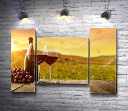 Вино в бокалах во время заката на фоне гор