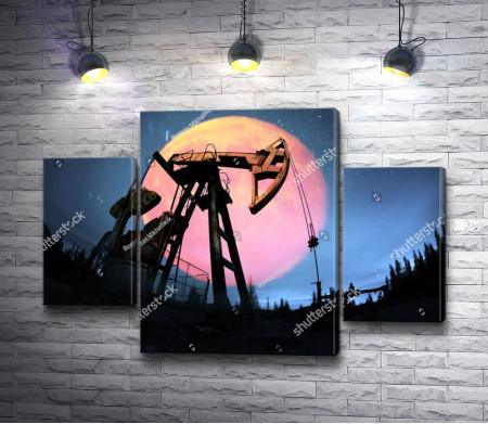 Нефтяная вышка на фоне розового диска луны