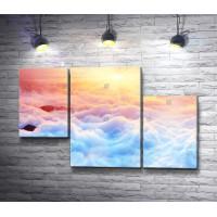 Солнечный рассвет над облаками