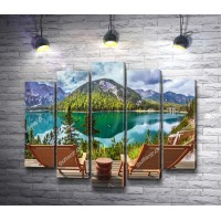 Деревянные кресла с видом на зеркальное озеро и горы