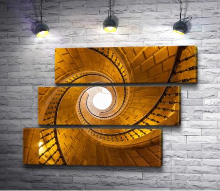 Золотая спиралевидная лестница уходит вверх