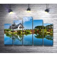 Китайский домик на берегу зеркального озера