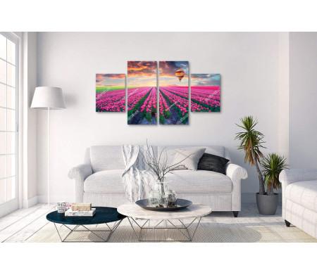 Воздушный шар летит во время заката над полем розовых тюльпанов