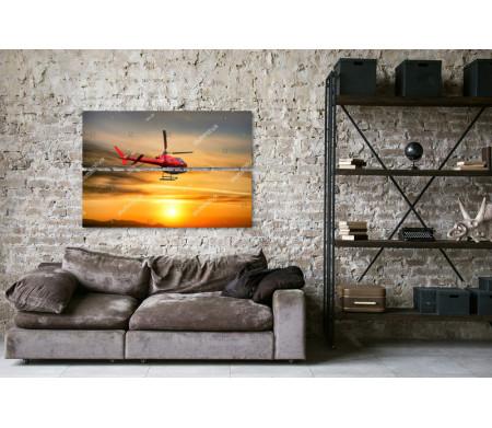 Красный вертолет в небе во время заката