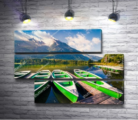 Лодки на озере у подножия горы