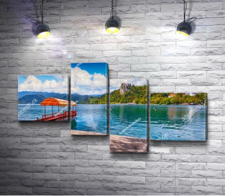 Лодка у причала на Бледском озере с видом на замок Блед, Словения