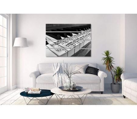Клавиши пианино с нанесенными нотами, черно-белое фото