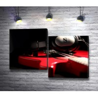 Красная электрогитара с наушниками
