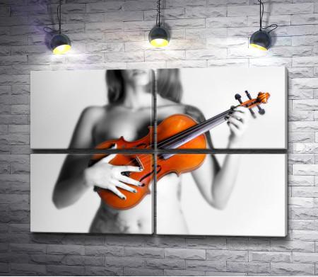 Оголенная девушка со скрипкой